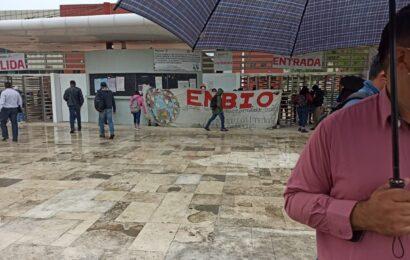 Normalistas cierran accesos a Ciudad Administrativa