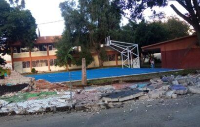 Cae barda perimetral de preparatoria en la ciudad de Oaxaca