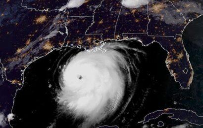 'Laura' se convierte en huracán categoría 3 y amenaza costas de EU