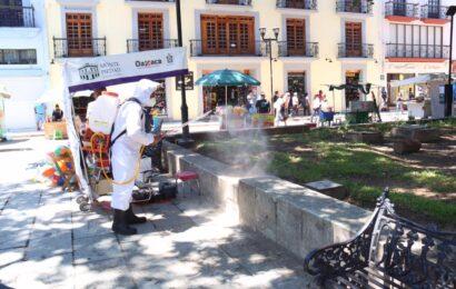 Desinfectan espacios públicos para reducir contagios por Covid-19