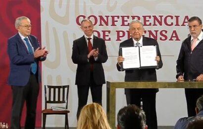 Firma AMLO solicitud de consulta para juicio a expresidentes