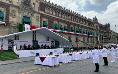 Condecoran a 58 médicos y enfermeras con presea Miguel Hidalgo
