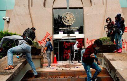 Padres de normalistas de Ayotzinapa protestan frente al CJF; denuncian casos de corrupción de jueces