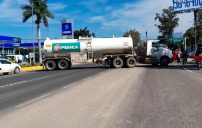 Secuestran camiones para bloquear crucero del Aeropuerto de Oaxaca