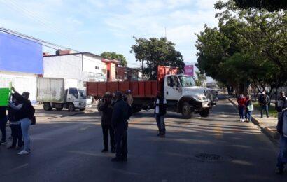 Vecinos de Candiani bloquean Avenida Universidad en demanda de obras