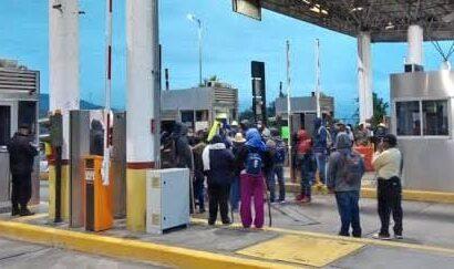 Manifestantes cierran caseta de Huitzo