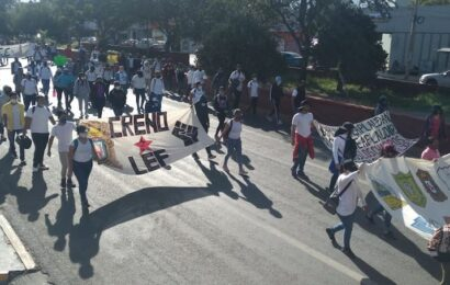 «Estudiantes normalistas» desquician con marcha en calles de la capital de Oaxaca