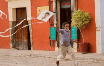 En homenaje a Toledo, artistas yucatecos pintan papalotes en apoyo a Cruz Roja