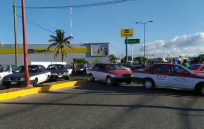 Con bloqueo, taxistas piden seguro de vida para agremiado