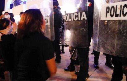 Exige AMLO investigación tras disparos para disolver manifestación feminista