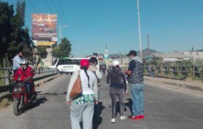Exigen drenaje a Dante Montaño y bloquean carretera a El Rosario