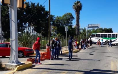 Normalistas cierran crucero del Aeropuerto