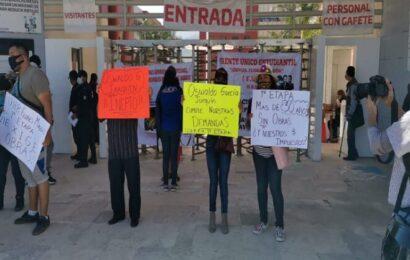 """Ganaderos, estudiantes y gremios vecinales de Oaxaca """"sitian"""" Ciudad Administrativa"""