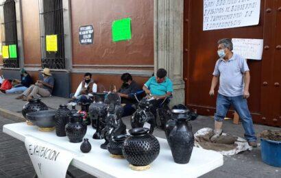 Artesanos de Coyotepec bloquean la Casa Oficial; exigen culminación de obras