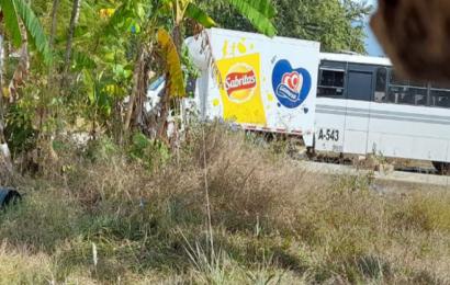 Normalistas secuestran camiones y roban mercancía