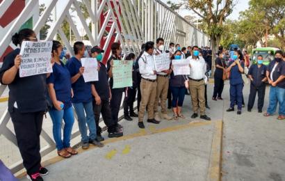Protestan empleados de limpieza en Hospital de Juchitán; piden mejoras laborales