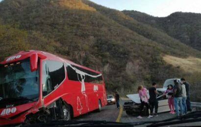 Confirman un muerto y un herido por choque de autobús ADO con vehículo