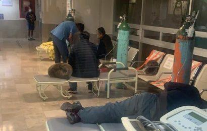 Hasta en la calle esperan una cama en el Hospital del ISSSTE en Oaxaca