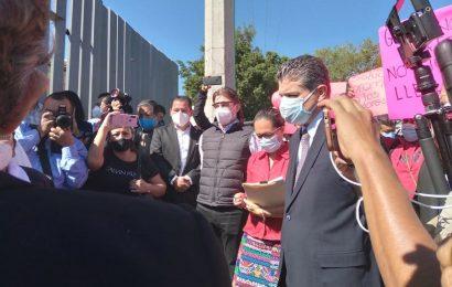 Manifestantes retrasan comparecencia del titular de los SSO; no lo dejaban entrar