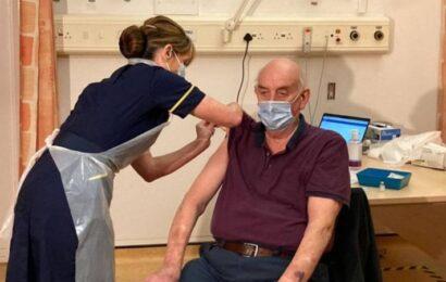 Un paciente de diálisis británico de 82 años, la primera persona del mundo en recibir la vacuna de Oxford