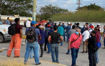 Trabajadores mantienen protesta en refinería de Pemex en Salina Cruz