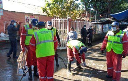 Bomberos y policías estatales desinfectan áreas del Mercado de Abasto