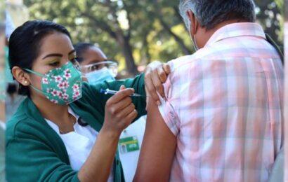 Brigadas del Seguro Social aplican vacuna contra influenza a población abierta