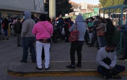 Pese a COVID, largas filas en módulos del INE para tramitar credencial de elector