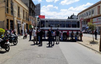 Con bloqueo, comerciantes exigen frenar hostigamiento