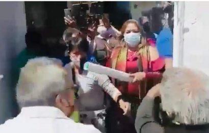 Visita Oaxaca dirigente nacional de Morena y se halla protestas, golpes y acusaciones