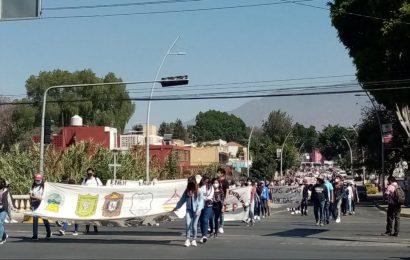 Marchan normalistas para entregar su «pliego de demandas» a Murat