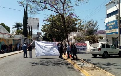 Lubizha cierra calle de Colegio Militar a la altura del INPI en Oaxaca
