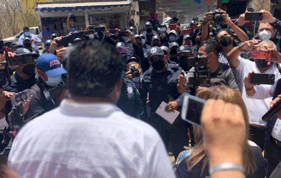 Policías estatales recorren oficinas gubernamentales para sumar personal a su paro