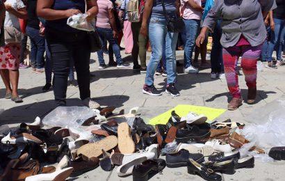 Oswaldo suspende becas infantiles y da a escolares zapatos de desecho