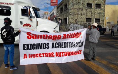 Con bloqueo, pobladores de Atitlán exigen reconocimiento de autoridades