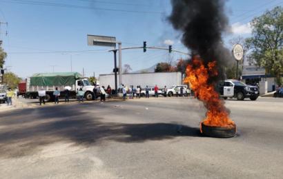 Pobladores de Atitlán bloquean Hacienda Blanca; piden recursos
