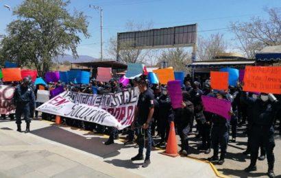 Policías de Oaxaca no cesan protestas, piden salida de secretario