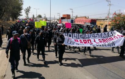 Marchan policías de Oaxaca; exigen renuncia de secretario