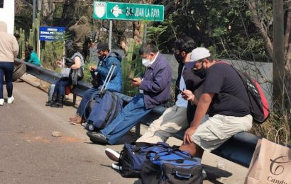 Viajeros afectados por toma del aeropuerto, piden apoyos al gobierno