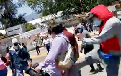 Presuntos normalistas agreden a reporteros en la antigua sede del IEEPO