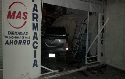 Camioneta choca contra farmacia en la Experimental, dos lesionados