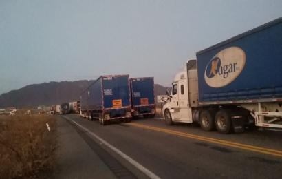 Por segundo día, pobladores cierran carretera en el Istmo