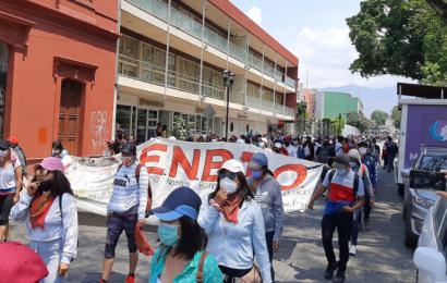 Normalistas marchan y realizan pintas en edificios de la ciudad capital