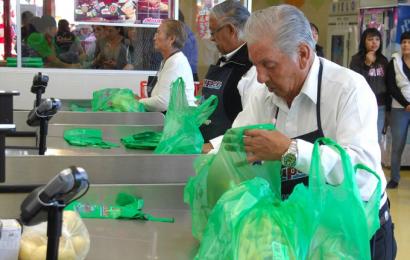 Empacadores de tiendas vacunados pueden regresar a trabajar: Inapam