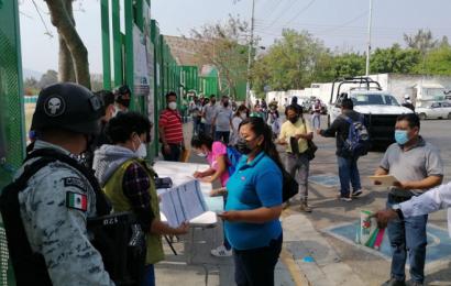 Sin incidentes, arranca vacunación a maestros de Oaxaca