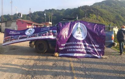 Con bloqueo, organizaciones mazatecas exigen cumplimiento a sus demandas