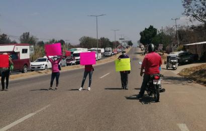Con bloqueo, exigen justicia para dos jóvenes atropellados en Zaachila