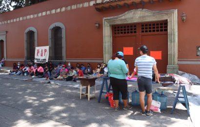 Plantón en Casa Oficial: exigen barda para escuela en Huajolotitlán
