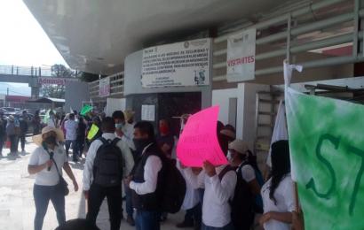 Empleados de Telebachilleratos protestan en Ciudad Administrativa por mayores recursos