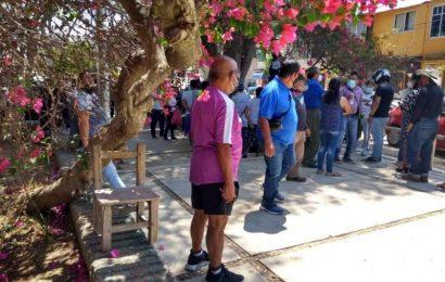 Tres días antes de la aplicación de la vacuna, hacen fila en Oaxaca.